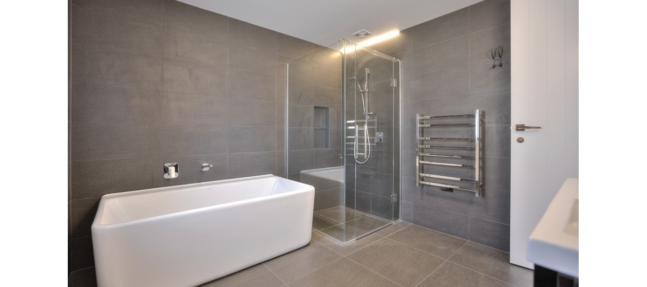 light grey bathroom tiling bath box